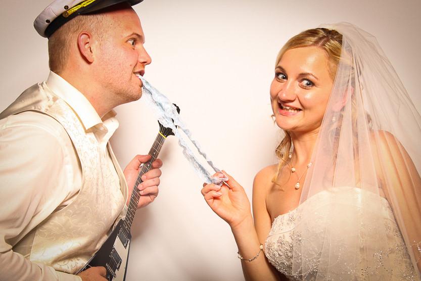 Braut und Bräutigam haben in der Fotobox Spaß
