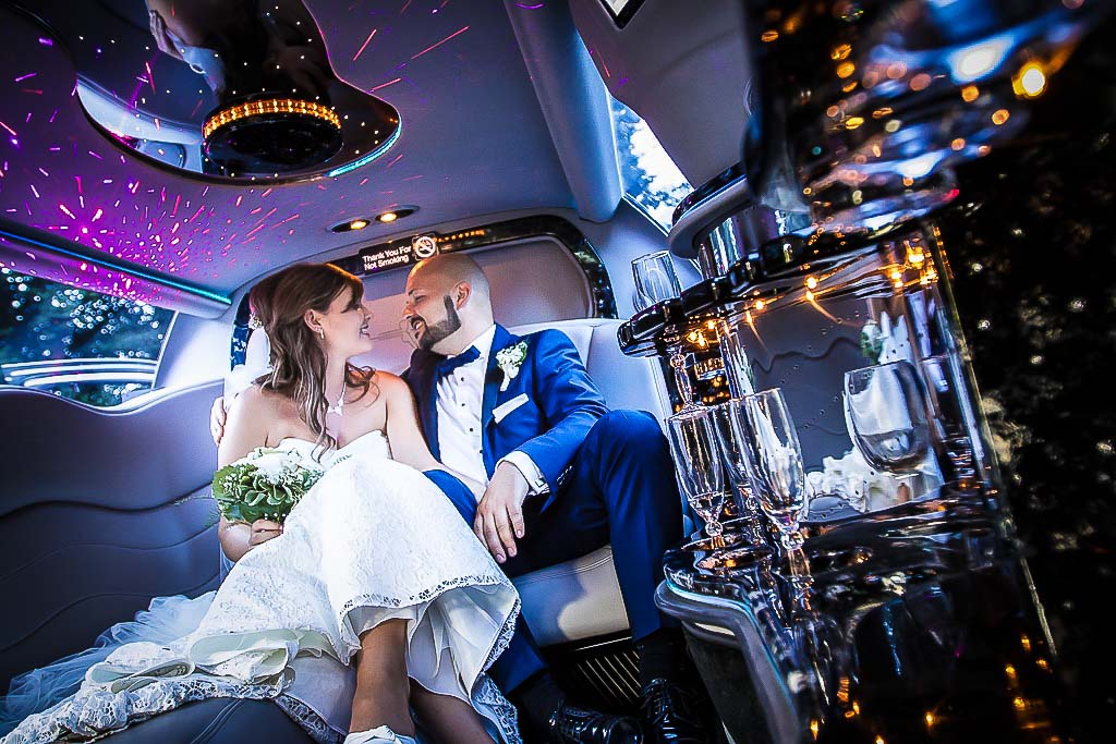 Brautpärchen in der Stretch Limousine